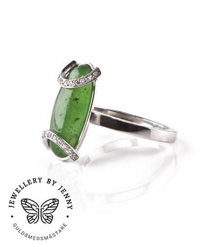 Vitguldsring med diamanter och grön ädelsten